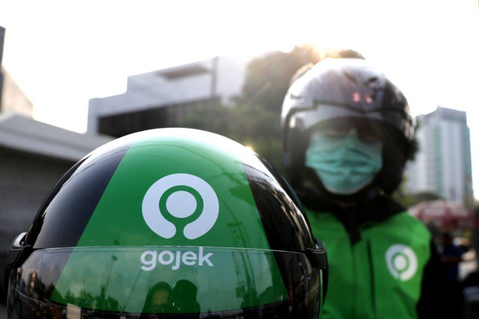 Helm Gojek logo baru di kawasan Tanah Abang, Jakarta Pusat (29/7).