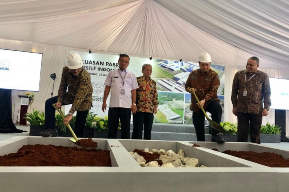 Menteri Perindustrian Airlangga Hartarto (dua kanan) bersama Presiden Direktur Nestle Indonesia Dharnesh Gordhon seremoni peletakan batu pertama perluasan pabrik Nestle Indonesia di Karawang, Jawa Barat, Rabu (31/7).