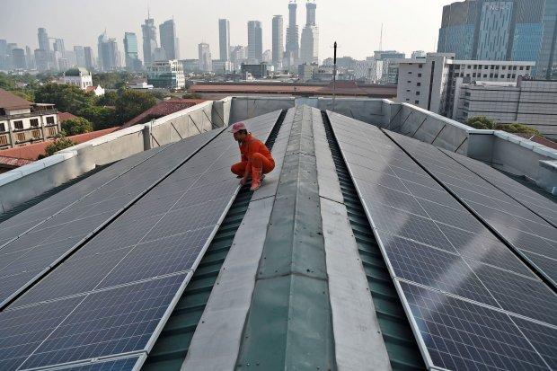 Petugas melakukan perawatan panel surya di atap Gedung Pusat Dakwah Muhammadiyah, Jakarta, Rabu (31/7/2019). Berdasarkan rencana umum penyediaan tenaga listrik (RUPTL) dengan potensi tiga gigawatt untuk pembangkit listrik tenaga surya (PLTS) atap, PT Peru