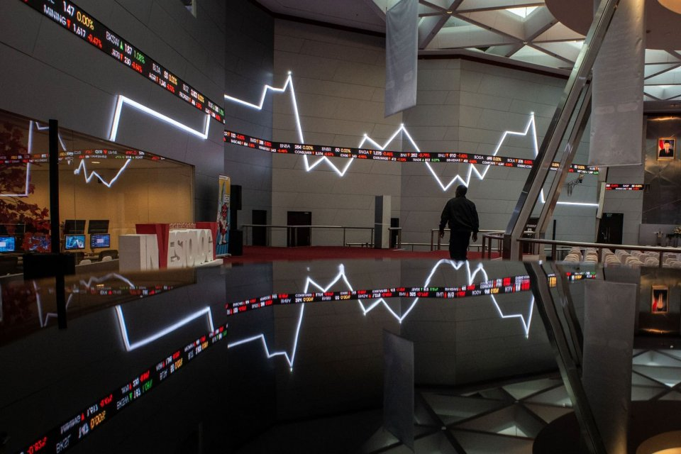 Suasana Bursa Efek Indonesia. Indeks harga saham gabungan (IHSG) pada penutupan perdagangan hari ini, Rabu (7/8), naik 1,38% ke posisi 6.204,19. Saham-saham sektor finansial menjadi penopang reboundnya IHSG.