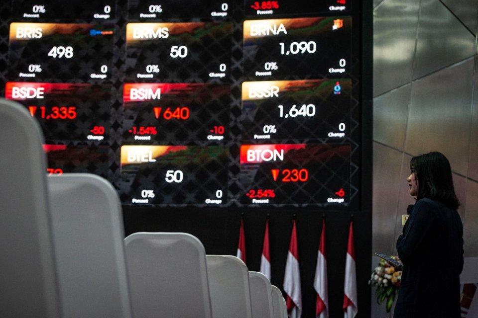 Karyawan beraktivitas di dekat grafik pergerakan saham di gedung Bursa Efek Indonesia, Jakarta. Indeks harga saham gabungan (IHSG) hari ini, Senin (12/8) ditutup turun 31,54 poin atau 0,50% ke level 6.250,59. Saham-saham di sektor finansial dan pertambang