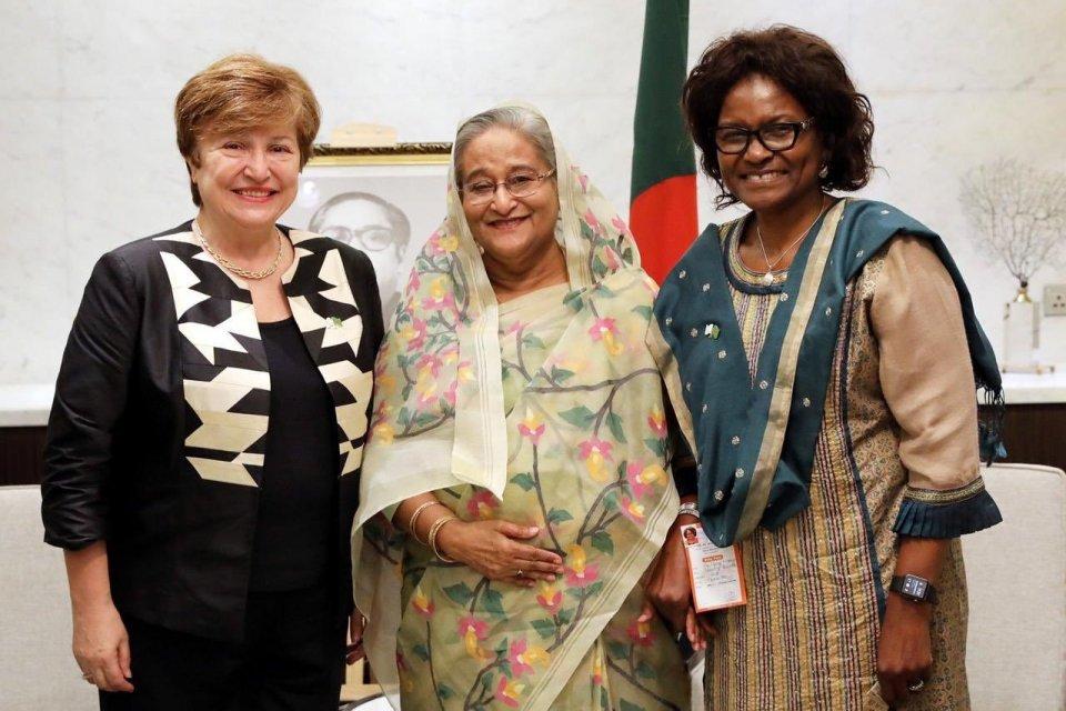 Direktur Eksekutif Bank Dunia Kristalina Georgieva (paling kiri) bersama Perdana Menteri Bangladesh Sheikh Hasina Wajed (tengah) dan Direktur Bank Dunia untuk Bangladesh Mercy Tembon (kanan). Georgieva dicalonkan oleh Uni Eropa sebagai pemimpin Dana Mone