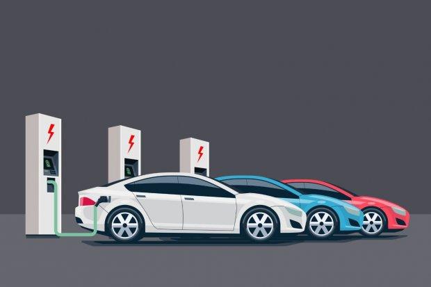 Ilustrasi tiga mobil listrik sedang mengisi daya.