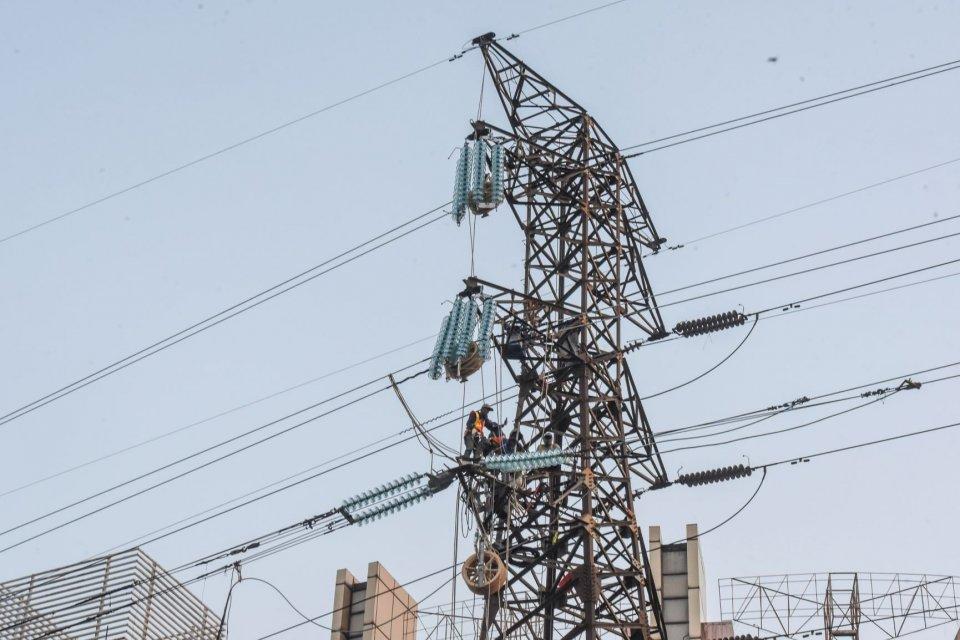 Pekerja melakukan perawatan jaringan listrik di Jakarta, Jumat (12/7/2019). Menteri Energi dan Sumber Daya Mineral Ignasius Jonan mengatakan tarif listrik pada 2019 tidak ada perubahan karena kurs rupiah sejauh ini jauh lebih kuat daripada yang diasumsika
