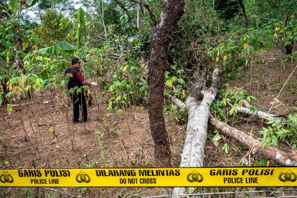 Personel Tim Labfor Mabes Polri Cabang Semarang melakukan olah tempat kejadian perkara (TKP) peristiwa ledakan yang diduga akibat loncatan arus jaringan transmisi Saluran Udara Tegangan Ekstra Tinggi (SUTET) 500 kV interkoneksi Jawa-Bali yang melintang di