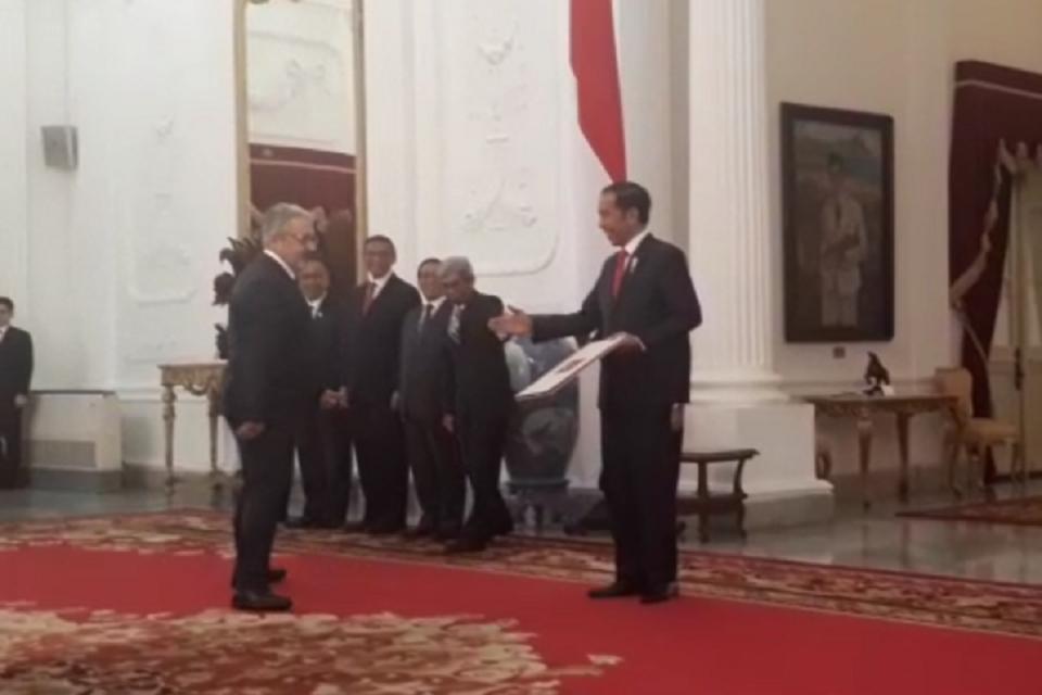Dubes Turki Mahmut Erol Kilic (kiri) segera berbalik dan berjalan cepat untuk menyambut uluran tangan Jokowi (kanan).