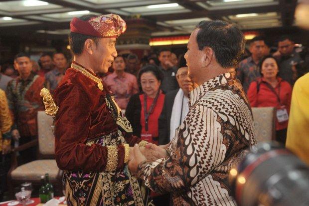 Presiden Joko Widodo (kiri) berjabat tangan dengan Ketua Umum Partai Gerindra Prabowo Subianto saat hadir pada pembukaan Kongres V PDIP di Sanur, Bali, Kamis (8/8/2019). Kongres V PDIP yang berlangsung 8-11 Agustus 2019 tersebut dihadiri sekitar 2.170 pes