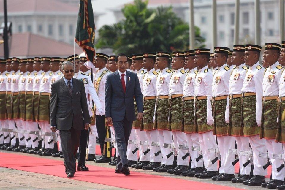 Presiden Jokowi didampingi PM Mahathir memeriksa barisan dalam Upacara Sambutan Resmi, di Dataran Perdana, Putrajaya, Malaysia, Jumat (9/8) pagi.