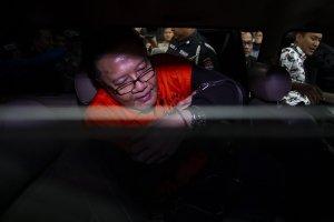 Anggota Komisi VI DPR dari Partai Demokrasi Indonesia Perjuangan (PDIP) I Nyoman Dhamantra berada di dalam mobil tahanan seusai menjalani pemeriksaan