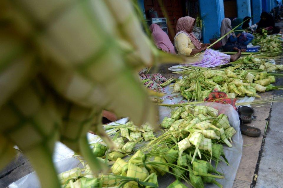 Warga membuat kulit ketupat dari daun kelapa untuk dijual. Memasak ketupat merupakan salah satu tradisi lebaran, baik Idul Fitri maupun Idul Adha, yang hanya ada di Indonesia. Di belahan dunia lain, umat Muslim memiliki tradisi perayaan Idul Fitri dan Idu
