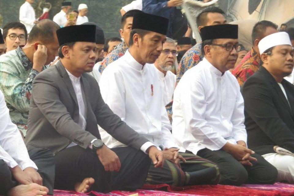 Presiden Jokowi melaksanakan ibadah salat Idul Adha di Kebun Raya Bogor, Bogor, Jawa Barat.