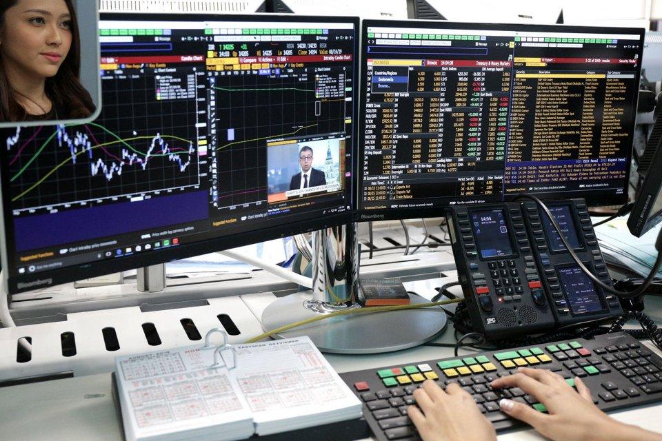 Suasana di dealing room Bank BNI, Jakarta Pusat (12/8). Indeks Harga Saham Gabungan (IHSG) mengalami pelemahan sebesar 0,91% pada level 6.282 di akhir perdagangan Jumat (9/8/2019(. Setelah sempat tertekan di awal pekan, IHSG akhirnya mampu bangkit dengan