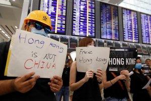 Demonstran anti-uu ekstradisi melakukan protes di ruang kedatangan Bandara Hong Kong, Tiongkok.