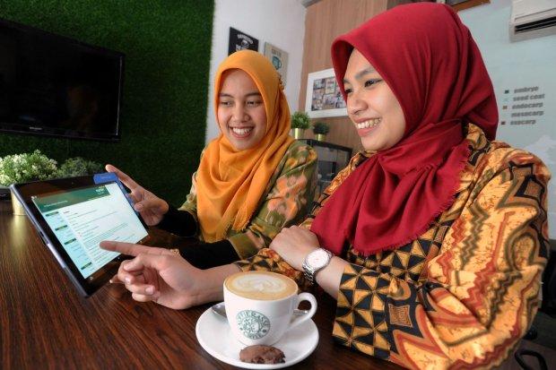 Nasabah milenial melakukan pemesanan ST005 sebagai alternatif investasi melalui Mandiri Syariah Internet Banking, di Jakarta, Senin (12/8/2019).