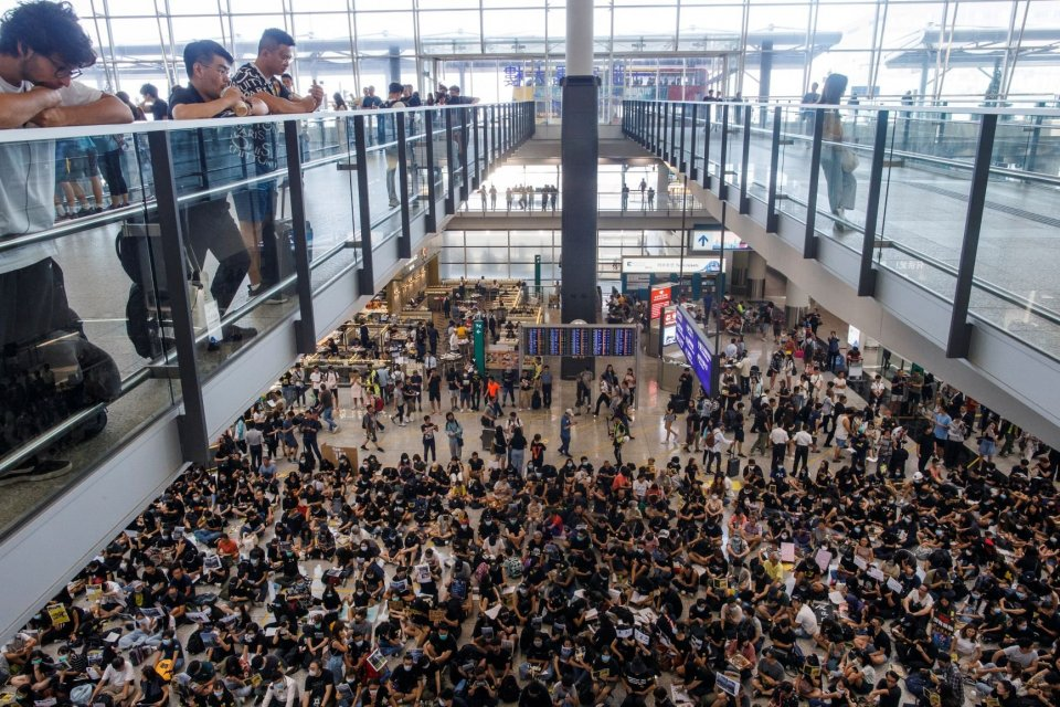 Demonstran anti-uu ekstradisi mengadakan aksi protes di ruang kedatangan Bandara Internasional Hong Kong, di Hong Kong, China, Jumat (9/8/2019).