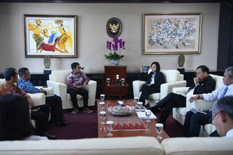 Menteri Keuangan Sri Mulyani saat mengadakan pertemuan dengan CEO Buka Lapak Achmad Zaky di Kementerian Keuangan pada Senin (12/8).