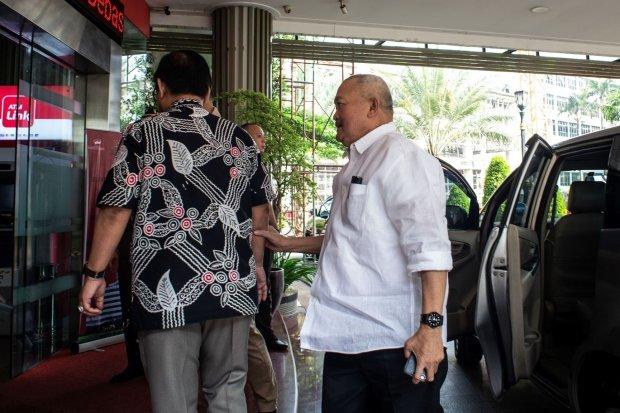 Mantan Gubernur Sumatera Selatan Alex Noerdin bersiap menjalani pemeriksaan di Kejaksaan Agung, Rabu (14/8/2019). Alex Noerdin memenuhi panggilan Kejaksaan Agung untuk diperiksa sebagai saksi dalam kasus dugaan tidak pidana korupsi dana hibah dan bantuan