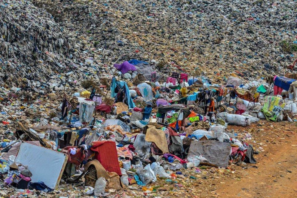 Pemulung memilah sampah yang sudah dikumpulkan di Tempat Pembuangan Akhir (TPA) sampah Kampung Ciangir, Kota Tasikmalaya, Jawa Barat.
