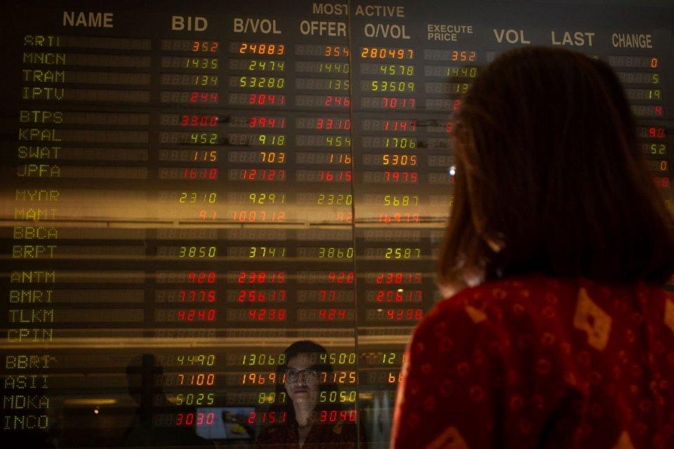 Pegawai mengamati layar pergerakan saham di Mandiri Sekuritas, Jakarta, Senin (22/7/2019). Indeks Harga Saham Gabungan (IHSG) pada perdagangan awal pekan ditutup melemah 22,99 poin atau 0,36 persen ke level 6.433,55.