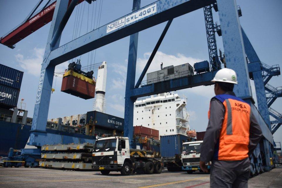 Petugas melakukan aktivitas bongkar muat peti kemas di Pelabuhan Tanjung Priok, Jakarta, Sabtu (10/8/2019). Menko Bidang Perekonomian Darmin Nasution menyatakan pertumbuhan ekonomi Indonesia kuartal II 2019 sebesar 5,05 persen, lebih rendah dari kuartal I
