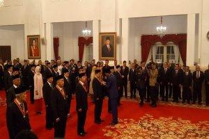 Presiden Joko Widodo memberikan anugerah gelar tanda kehormatan Bintang Mahaputera dan Bintang Jasa kepada 29 orang.