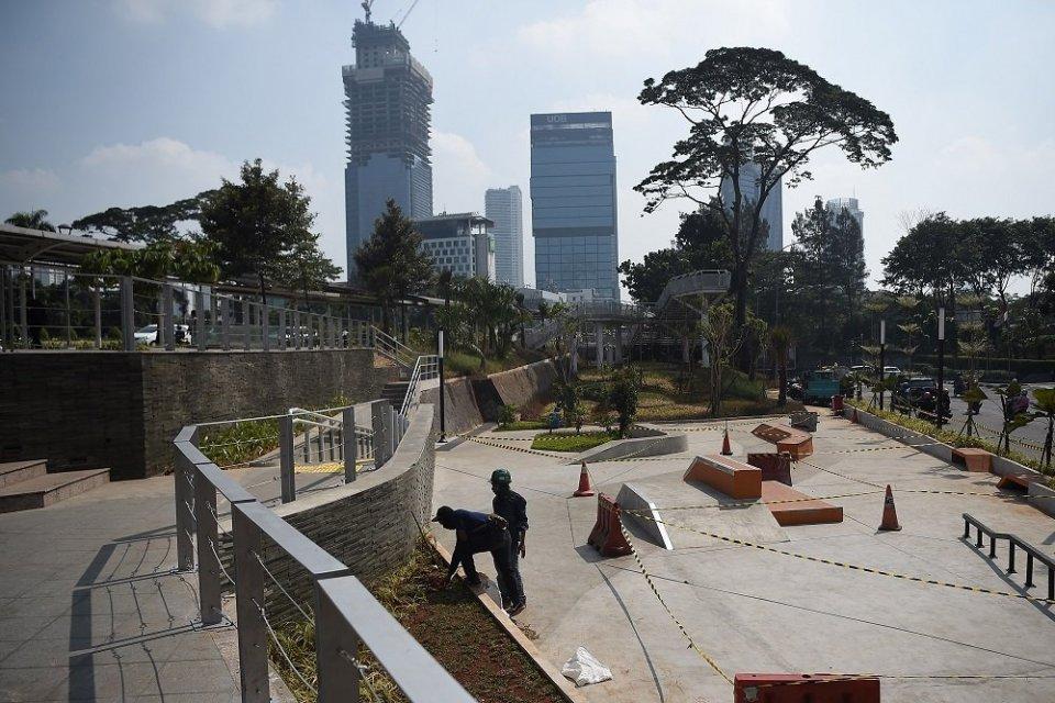 Sejumlah pekerja menyelesaikan proyek pembangunan Taman Spot dan Budaya, di Dukuh Atas, Jakarta, Jumat (12/7/2019). Pemprov DKI segera membuka untuk umum ruang terbuka hijau tersebut pada lahan seluas kurang lebih 1.600 meter persegi.