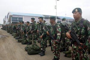 Prajurit Kostrad dari Yon Armed 13 saat tiba di Bandara Domine Eduard Osok (DEO) Kota Sorong, Papua Barat, Selasa (20/8/2019).