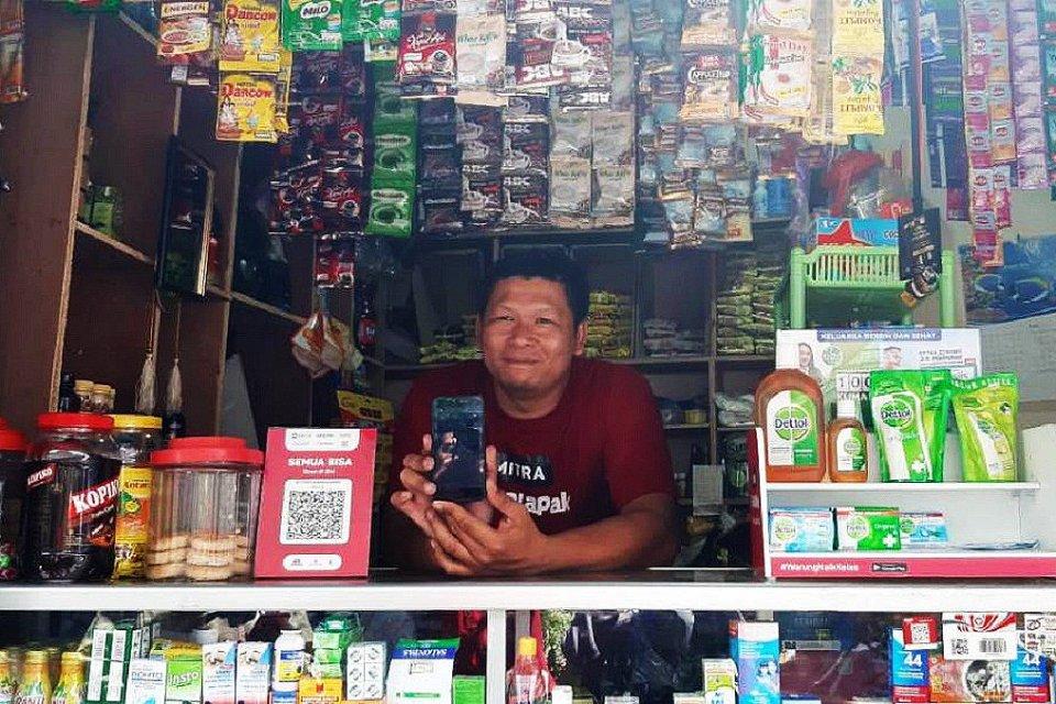 Yogi (33) salah satu mitra warung Bukalapak yang tengah menjaga warung kelontongnya di wilayah Kemang, Jakarta Selatan, Rabu (21/8).