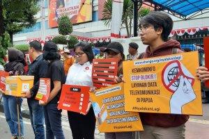 LSM melakukan unjuk rasa di depan Kementerian Komunikasi dan Informatika.