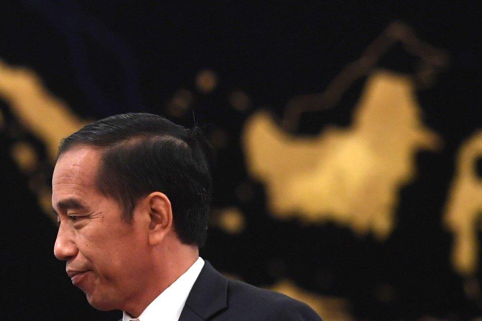 Presiden Joko Widodo berjalan seusai memberikan keterangan pers terkait rencana pemindahan Ibu Kota Negara di Istana Negara, Jakarta, Senin (26/8/2019). Presiden Jokowi secara resmi mengumumkan keputusan pemerintah untuk memindahkan ibu kota negara ke Kal