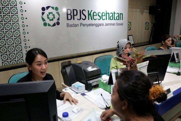 Suasana pelayanan BPJS Kesehatan di kawasan Matraman, Jakarta Timur (28/8). Presiden Jokowi dikatakan baru akan menandatangani perpres tentang kenaikan iuran BPJS Kesehatan setelah pembersihan data peserta PBI selesai.