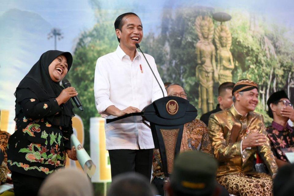 Jokowi saat berdialog dengan warga Purworejo, Jawa Tengah, yang ingin menggadaikan sertifikat tanah untuk membeli mobil.