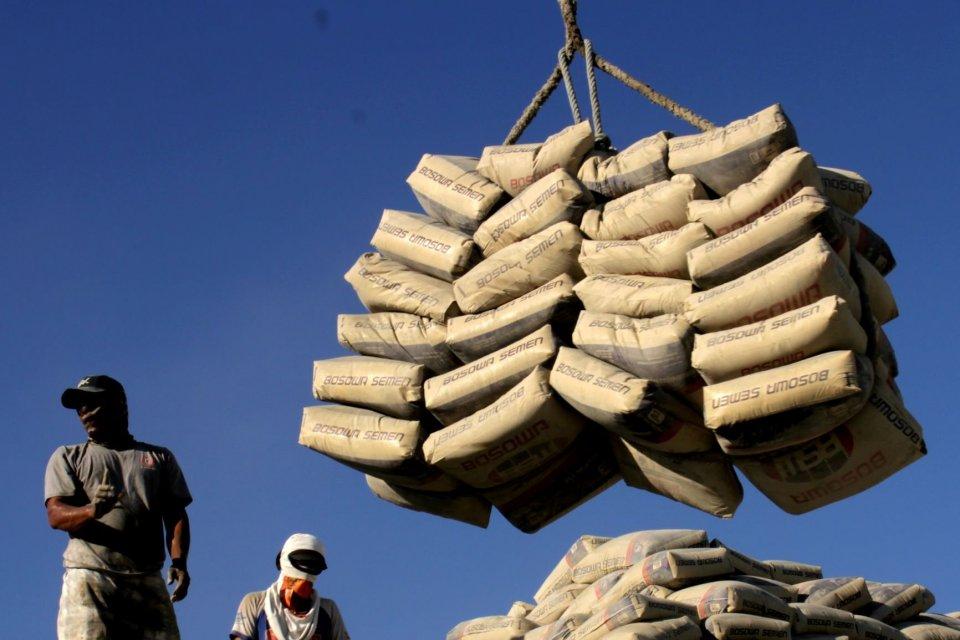 Buruh angkut membongkar muat semen di Pelabuhan Paotere, Makassar, Sulawesi Selatan, Sabtu (27/7/2019). Asosiasi Semen Indonesia (ASI) mencatat, rata-rata konsumsi semen pada semester I tahun 2019 sebesar 4,9 juta ton per bulan, atau mengalami penurunan d