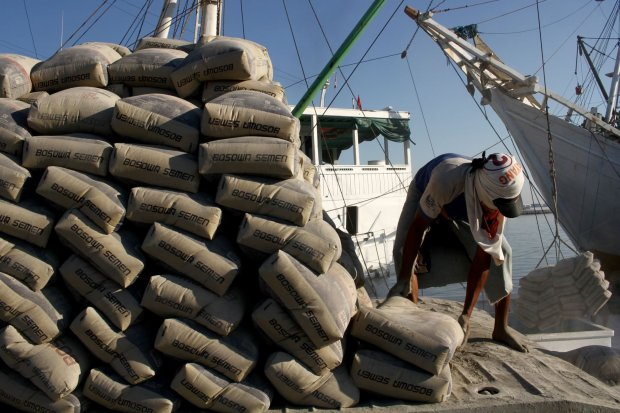 Buruh angkut membongkar muat semen di Pelabuhan Paotere, Makassar, Sulawesi Selatan, Sabtu (27/7/2019). Produk semen asal Indonesia memperoleh pembebasan pengenaan Bea Masuk Tindakan Pengamanan (BMTP) perdagangan oleh Komisi Tarif (Tariff Commissi