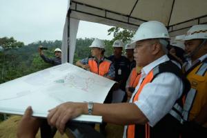 Menteri Pekerjaan Umum dan Perumahan Rakyat (PUPR) Basuki Hadimuljono tengah meninjau pembangunan bendungan Sidan, Kabupaten Badung, Bali, Minggu (1/9