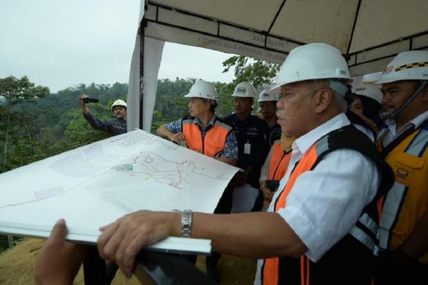 Menteri Pekerjaan Umum dan Perumahan Rakyat (PUPR) Basuki Hadimuljono tengah meninjau pembangunan bendungan Sidan, Kabupaten Badung, Bali, Minggu (1/9). Bendungan ini dibangun untuk mendukung ketersediaan air baku di Provinsi Bali yang ditargetkan menjadi