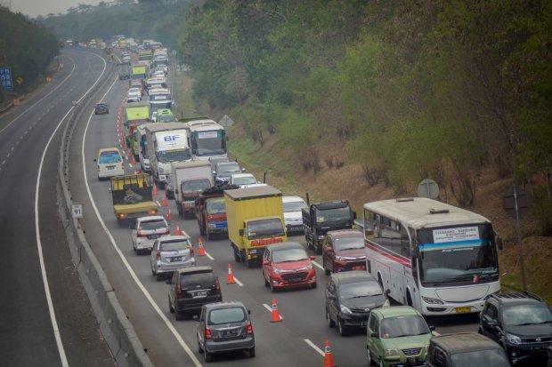 Kendaraan terjebak kemacetan saat pemberlakuan \