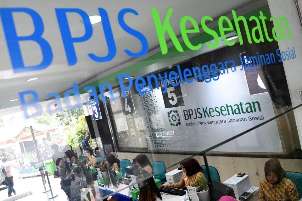 Petugas melayani warga di Kantor Pelayanan BPJS Kesehatan Jakarta Pusat, Matraman, Jakarta, Selasa (3/8/2019). Pemerintah akan menerapkan kenaikan iuran BPJS Kesehatan pada 1 Januari 2020 terhadap peserta non Penerima Bantuan Iuran (PBI) yakni dari sebelu