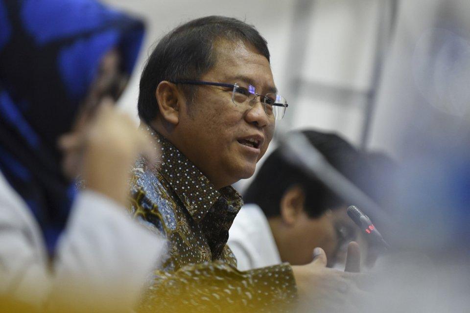 Menteri Komunikasi dan Informatika Rudiantara (tengah) memberikan penjelasan saat mengikuti rapat kerja dengan Komisi I DPR di Kompleks Parlemen, Senayan, Jakarta, Senin (22/1).