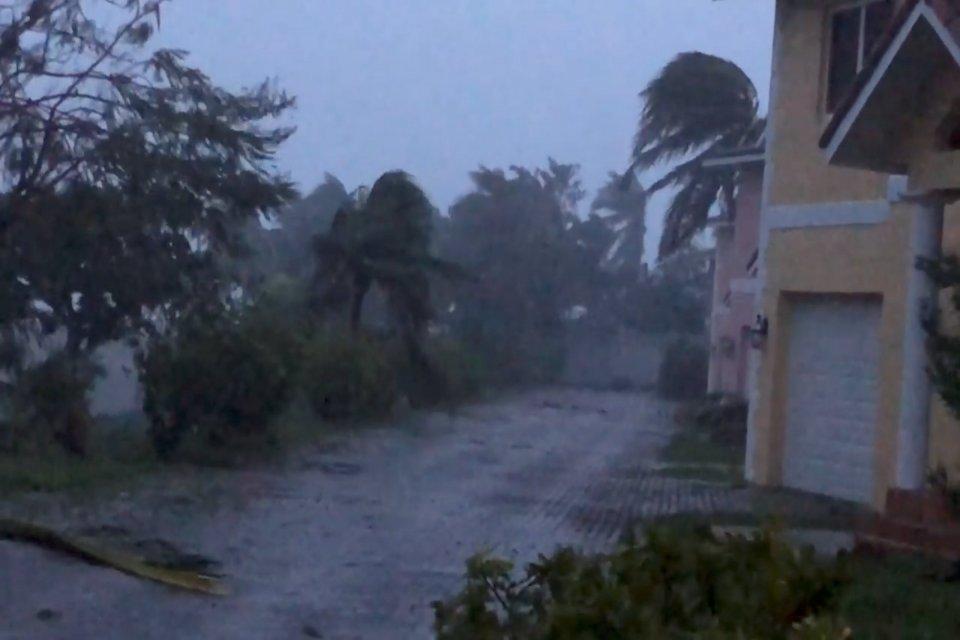 Angin kencang melanda Oceanhill Boulevard di Freeport, saat Badai Dorian melawan Grand Bahama Island, Bahama, Senin (2/9/2019), dalam gambar yang diambil dari sebuah video di media sosial.