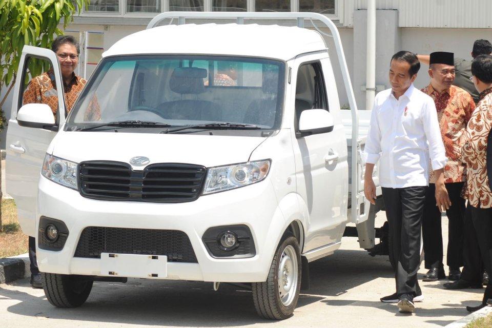 Presiden Joko Widodo (kanan) didampingi Menteri Perindustrian Airlangga Hartarto (kiri) mengamati salah satu produk mobil keluaran pabrik mobil Esemka saat meresmikan pabrik mobil PT. Solo Manufaktur Kreasi (Esemka) di Boyolali, Jawa Tengah, Jumat (6/9/20