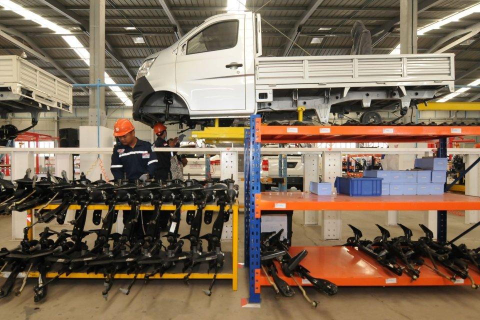 Pekerja merakit mobil pick up di Pabrik Mobil Esemka, Sambi, Boyolali, Jawa Tengah, Jumat (6/9/2019). Presiden Joko Widodo meresmikan pabrik mobil PT Solo Manufaktur Kreasi (Esemka) untuk mulai beroperasi memproduksi mobil.
