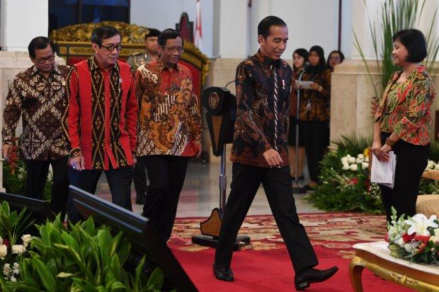Presiden Joko Widodo didampingi Menkum HAM Yasonna Laoly (kedua kiri), Seskab Pramono Anung (kiri), Ketua Asosiasi Pengajar Hukum Tata Negara (APHTN) Mahfud MD (tengah) dan Ahli Hukum Tata Negara Bivitri Susanti (kanan) menghadiri pembukaan Konferensi Huk