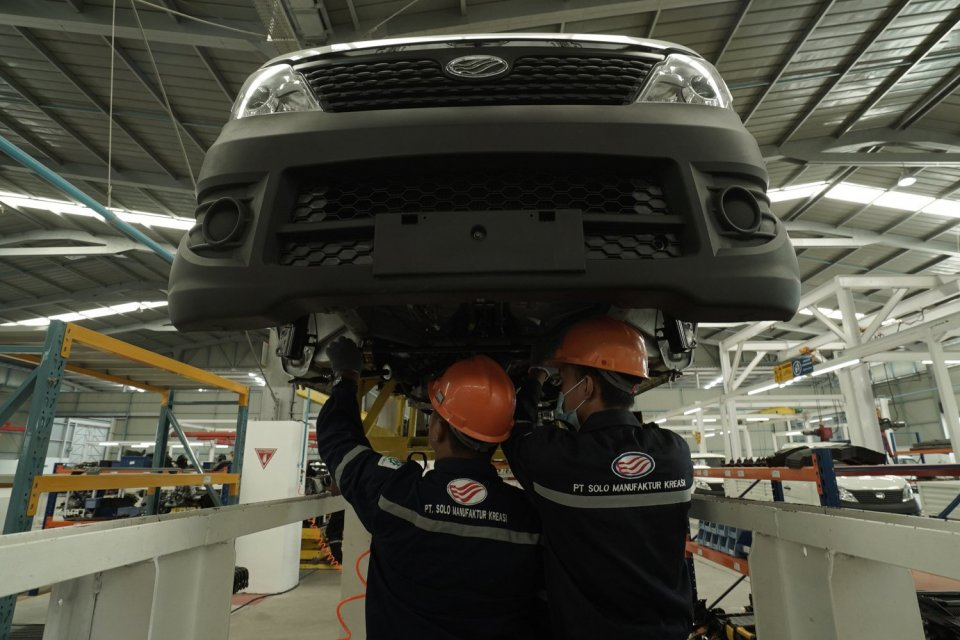 Pekerja merakit mesin mobil di Pabrik Mobil Esemka, Sambi, Boyolali, Jawa Tengah, Jumat (6/9/2019). Pada tahapan pertama pabrik mobil Esemka PT Solo Manufaktur Kreasi telah menyerap tenaga kerja sebanyak 300 pekerja lulusan SMK hingga D3.