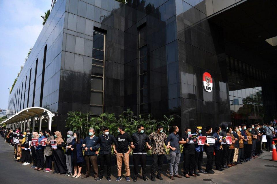 Pegawai KPK menggelar aksi unjuk rasa di kantor KPK, Jakarta, Jumat (6/9/2019). Dalam aksinya mereka menolak revisi UU KPK dan menolak calon pimpinan KPK yang diduga bermasalah.