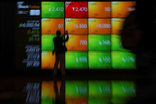 Wartawan mengambil gambar layar pergerakan saham di gedung Bursa Efek Indonesia, Jakarta, Jumat (6/9/2019). Indeks Harga Saham Gabungan (IHSG) ditutup menguat 2,15 poin atau 0,03 persen ke level 6.308,95.