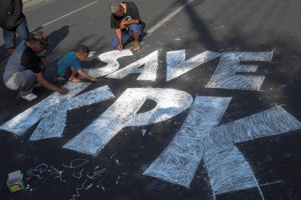 Warga mewarnai aspal jalan dengan kapur bertuliskan SAVEKPK saat aksi di Jalan Slamet Riyadi, Solo, Jawa Tengah, Minggu (8/9/2019). Aksi tersebut sebagai bentuk apresiasi dukungan kepada Komisi Pemberantas Korupsi (KPK) sekaligus penolakan terhadap draf r