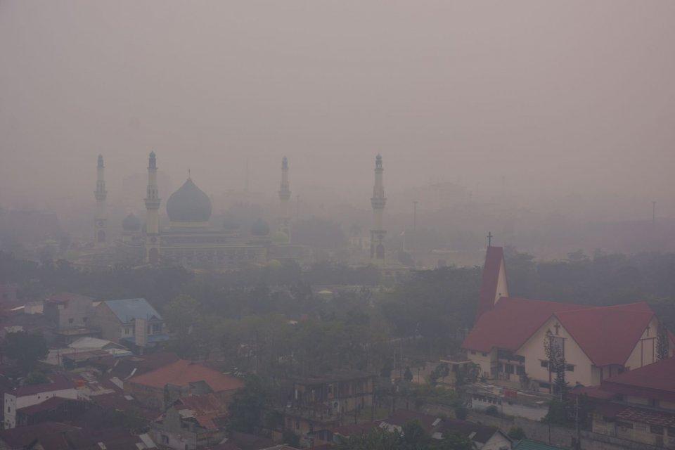 Masjid Raya An-Nur tampak samar-samar ketika kabut asap kebakaran hutan dan lahan (Karhutla) menyelimuti Kota Pekanbaru, Riau, Selasa (10/9/2019). BMKG menyatakan asap atau jerebu pada Selasa pagi menurunkan jarak pandang hingga 800 meter di Pekanbaru, da