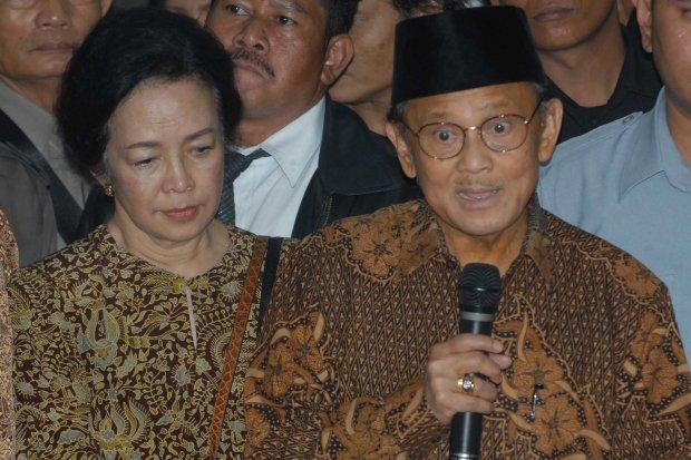 FOTO DOKUMENTASI. Mantan Presiden BJ Habibie (tengah) didampingi istri memberikan keterangan kepada wartawan usai menjenguk mantan presiden Soeharto di RSPP, Jakarta, Selasa (15/1/2008) malam. Presiden ke-3 RI itu datang langsung dari Jerman ke Jakarta un