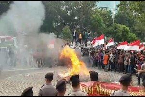 Pedemo membakar karangan bunga ucapan menolak revisi UU KPK.